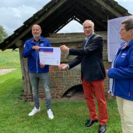 Overhandiging van de Rabo-cheque aan het bestuur van de Stichting Vlasoven te Veene